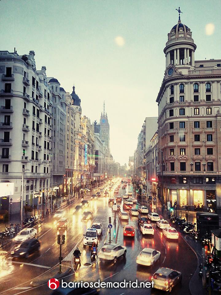gran via lluvia madrid atardecer noche