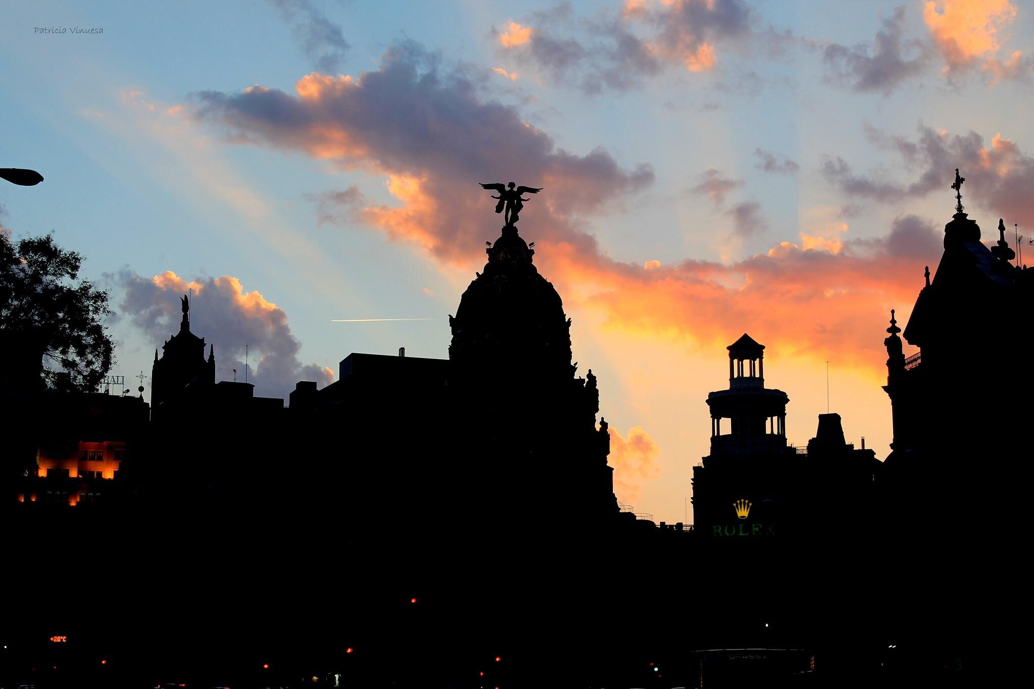 Un atardecer en el que se puede ver la Metrópolis y el edificio de Rolex, hecha desde la parada de Banco de España. Foto de @pattvh_
