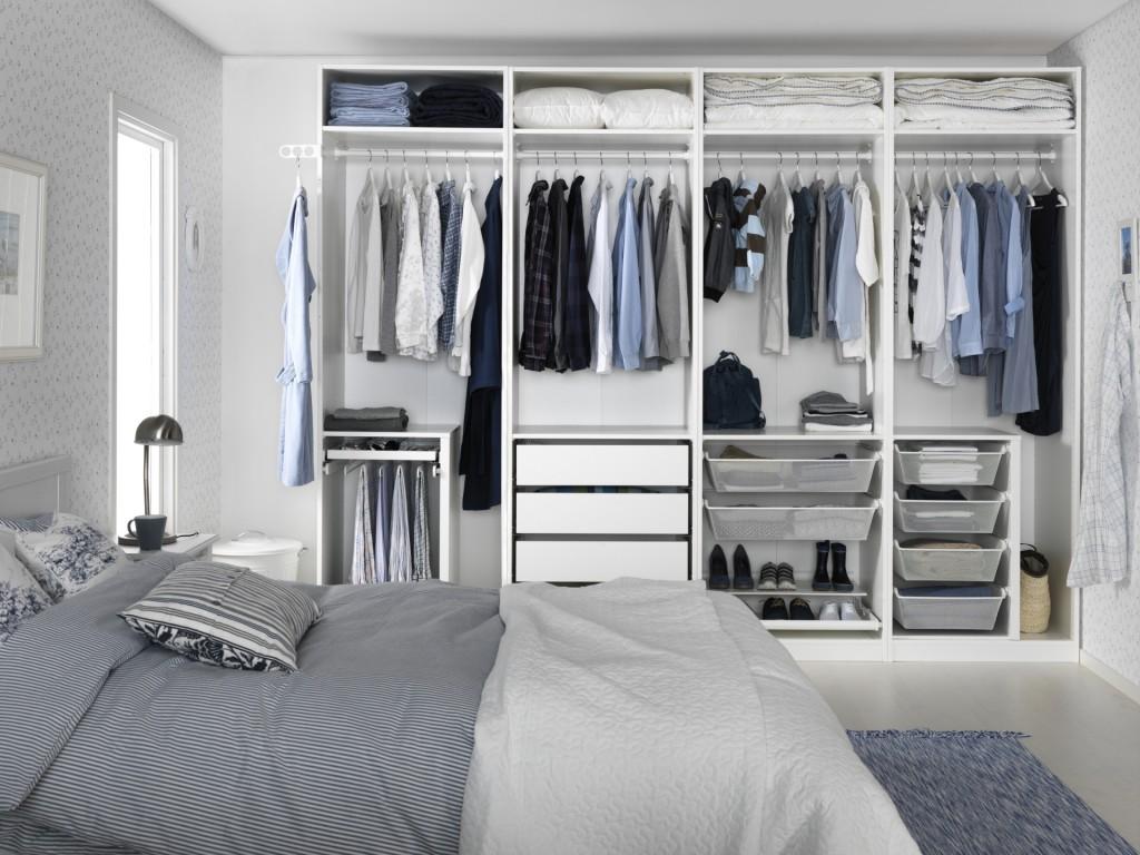 habitación con cama y armario ordenado
