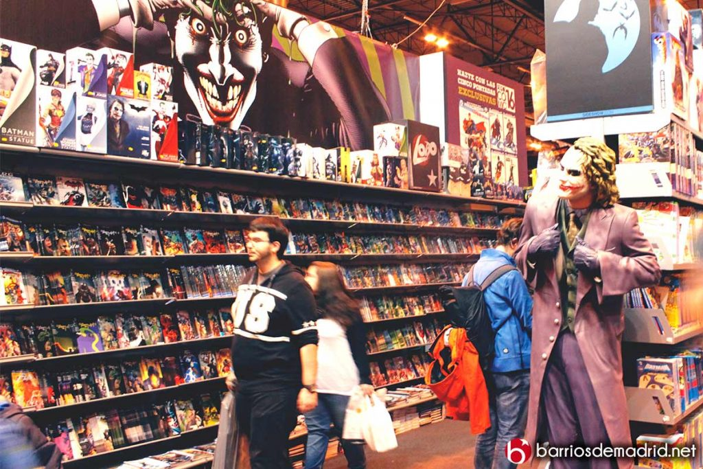 figura de jocker de batman en expocomic con estanterias