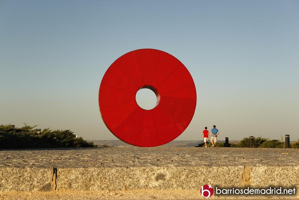 rey juan carlos escultura roja