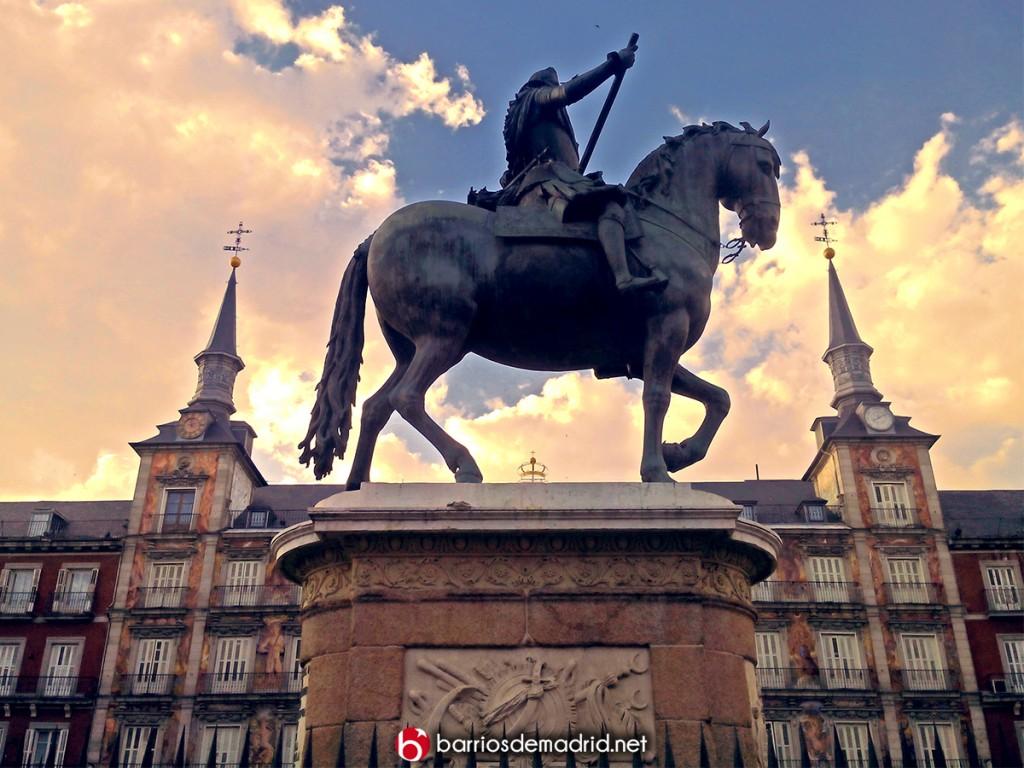 estatua plaza mayor madrid Felipe III caballo atardecer